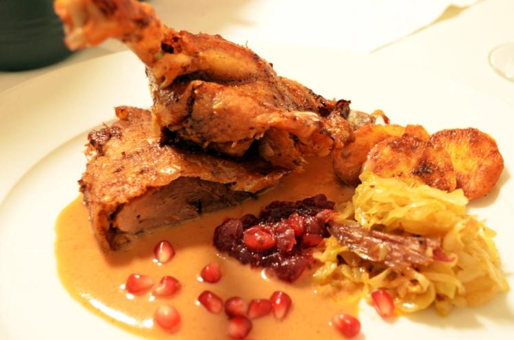 Pečena patka sa sosom, podvarkom i kompotom od brusnice